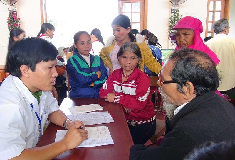 Đoàn viên thanh niên Công an tỉnh khám chữa bệnh cho đồng bào vùng cao. Ảnh: X.M