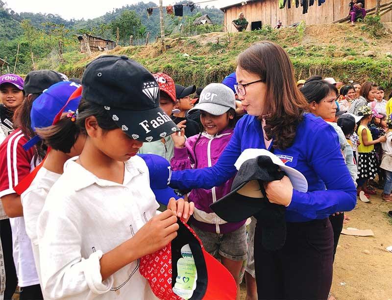 """Đoàn trường Mẫu giáo Bình Quế và Nhóm tình nguyện Thắp sáng niềm tin tổ chức chương trình """"Xuân yêu thương 2020"""" tại xã Trà Vinh, huyện Nam Trà My. Ảnh: N.TRANG"""