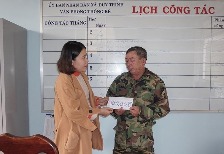 ông Lương Sen nhận số tiền các nhà hảo tâm giúp đỡ