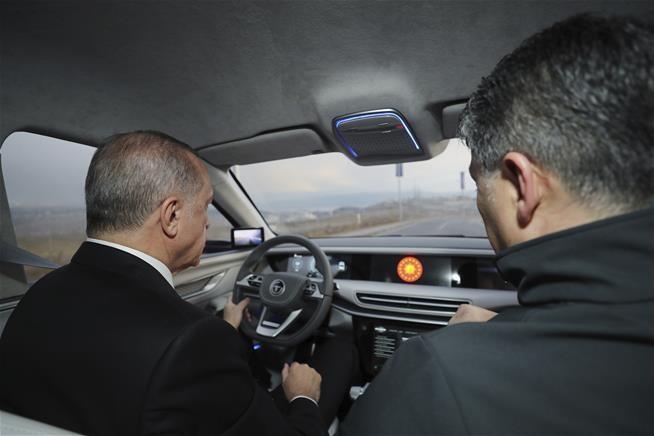 Tổng thống Thổ Nhĩ Kỳ Tayyip Erdogan ngồi sau tay lái của xe TOGG. Ảnh: AP