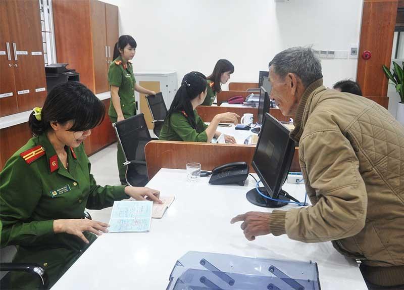 Giải quyết thủ tục hành chính đã nhanh hơn, tạo thuận lợi cho người dân. ẢNH: X.P