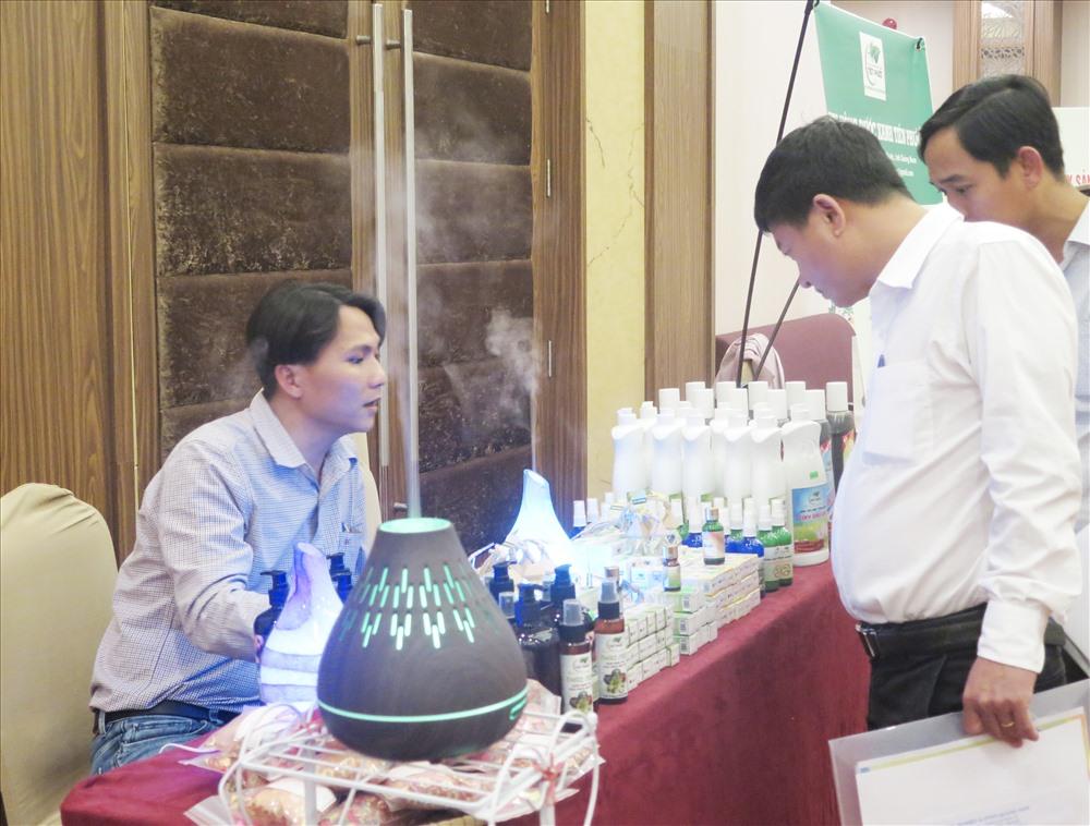Sản phẩm tinh dầu quế của HTX Nông dược xanh Tiên Phước nhận được nhiều phản hồi tích cực từ người tiêu dùng. Ảnh: X.H