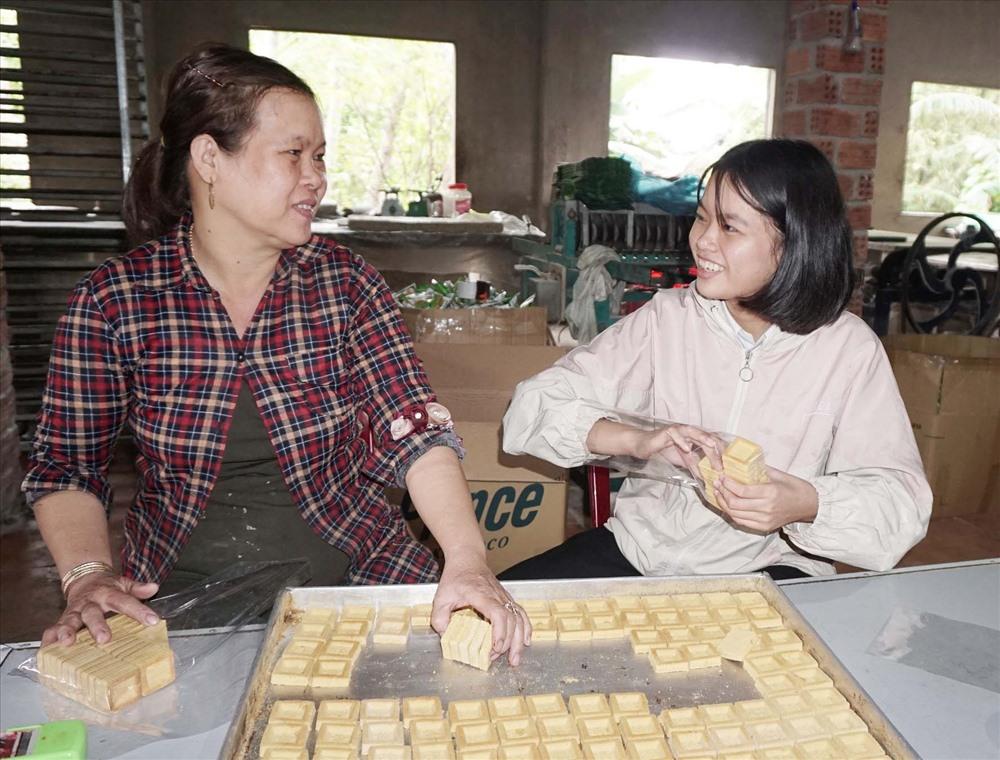 Chị Huỳnh Thị Yến giữ nghề làm bánh in truyền thống suốt 30 năm qua. ảnh: N.Trang