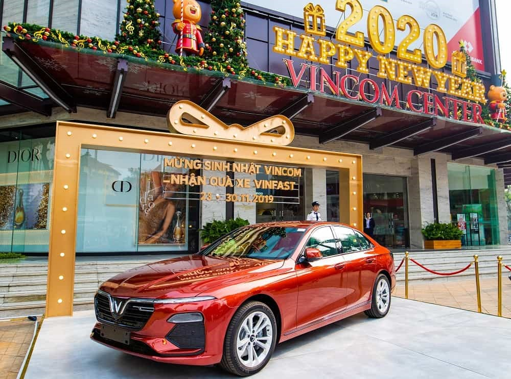 Khách hàng mua sắm có cơ hội trúng thưởng xe hơi VinFast sang trọng.