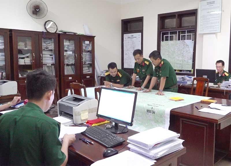Cán bộ, nhân viên Ban Tác huấn chuẩn bị văn kiện cho diễn tập khu vực phòng thủ tỉnh năm 2019.Ảnh: D.L