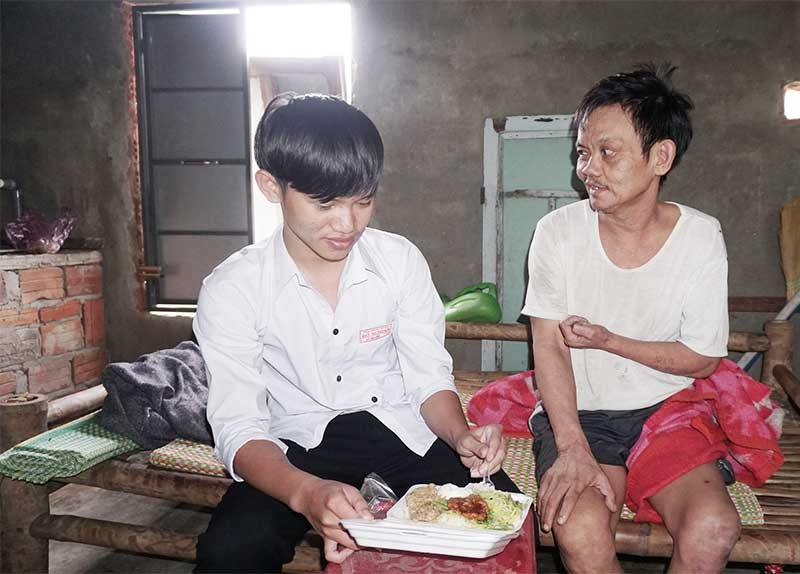 Hơn 2 năm qua, cậu học trò Lê Văn Công một mình chăm cha bại liệt. Ảnh: N.TRANG