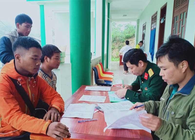 Các cán bộ trong hội đồng khám tuyển quân huyện Tây Giang làm nhiệm vụ tìm... quân. Ảnh: BRÍU NA