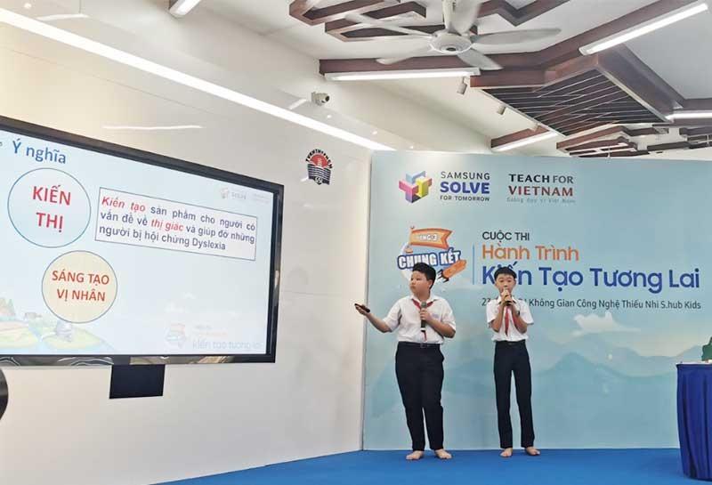 Nguyễn Lê Trân (trái) và Hoàng Việt Thắng thuyết trình đề án Thiết bị đọc sách thông minh hỗ trợ người có vấn đề về thị giác hoặc mắc chứng khó đọc. Ảnh: Nhân vật cung cấp
