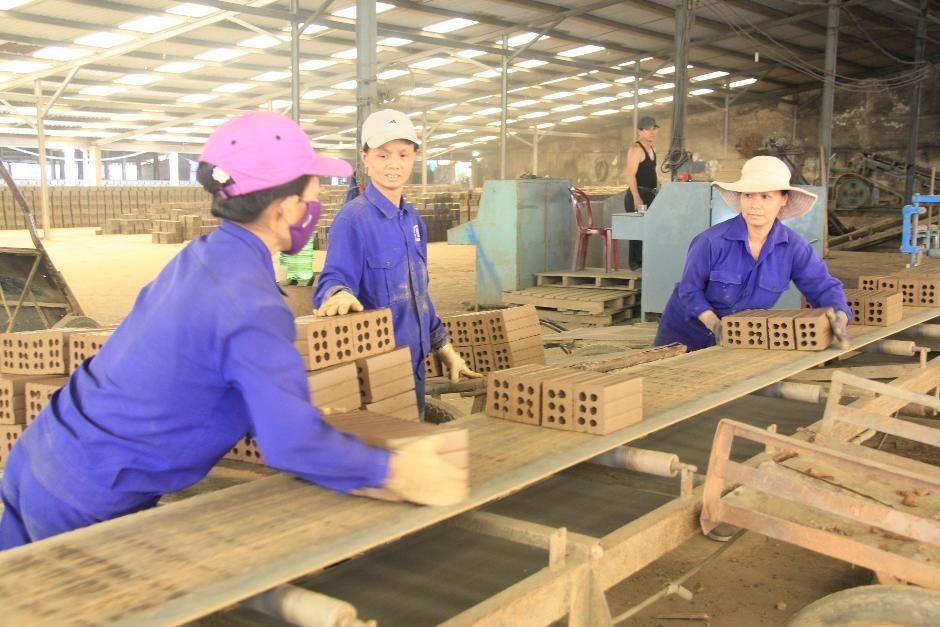 Nhờ được hỗ trợ vốn vay ưu đãi, những năm qua các HTX có điều kiện đầu tư phát triển sản xuất - kinh doanh. Ảnh: VĂN SỰ