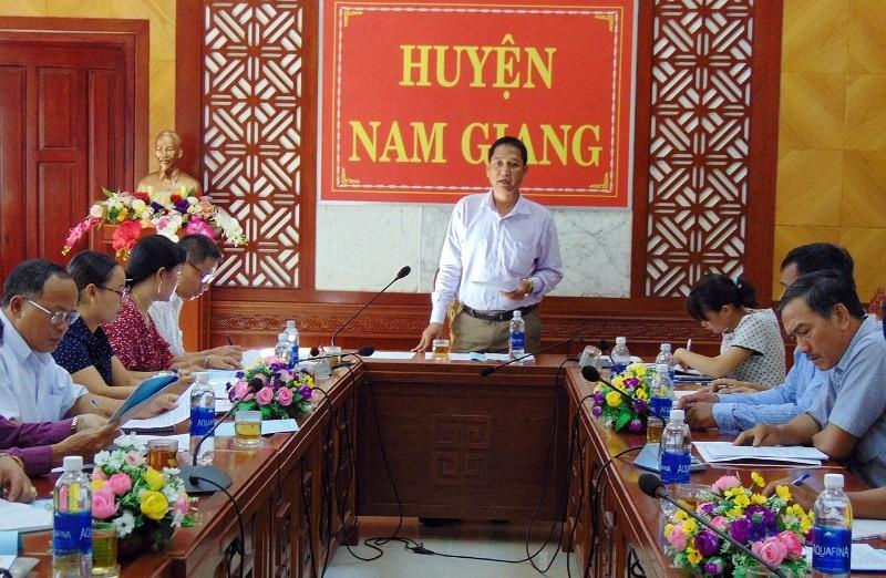 Lãnh đạo huyện Nam Giang chủ trì cuộc họp khẩn về phòng chống dịch tả heo châu Phi. Ảnh: CTV