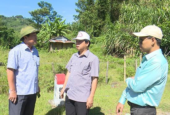Phó Chủ tịch Thường trực UBND tỉnh Huỳnh Khánh Toàn kiểm tra thực địa khu vực trước đây cho nghiên cứu dự án đầu tư thủy điện Đắc Di 4. Ảnh: H.P