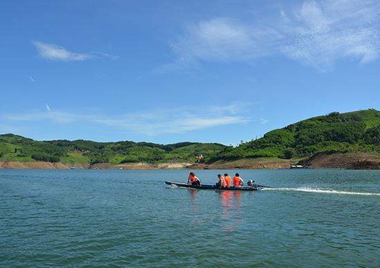 Lòng hồ thủy điện Sông Tranh 2 được xem là nguồn tài nguyên để phát triển du lịch của địa phương trong tương lai. Ảnh: H.PHÚC