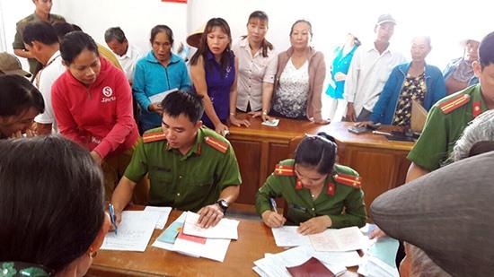 Công an TP.Tam Kỳ giải quyết thủ tục hành chính về CMND, sổ hộ khẩu cho người dân xã Tam Thanh. Ảnh: C.T