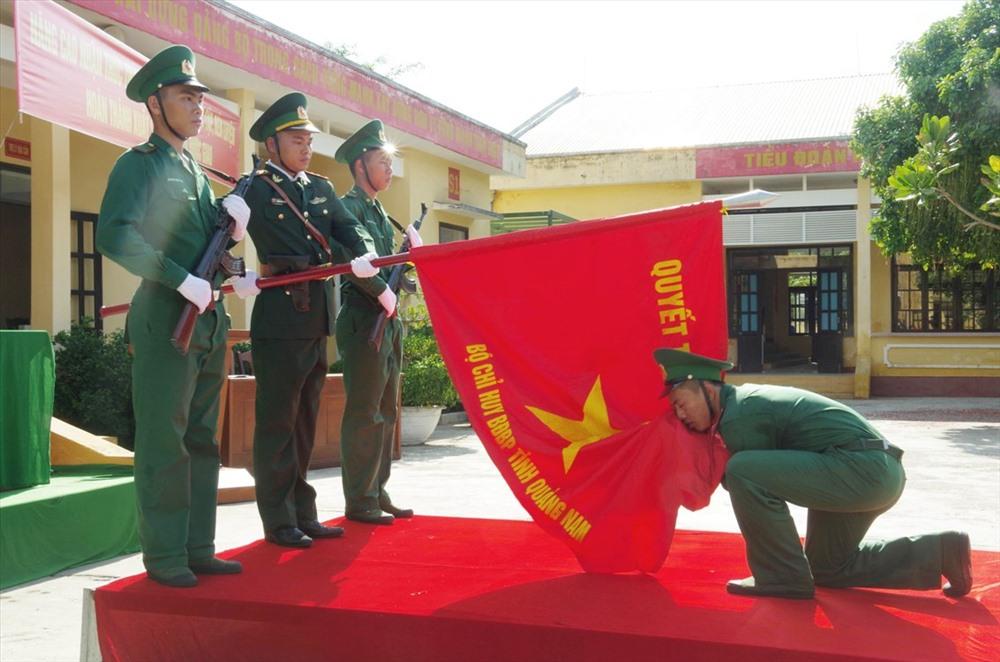 Chiến sĩ mới tuyên thệ trước Quân kỳ Quyết thắng. Ảnh: HỒNG ANH