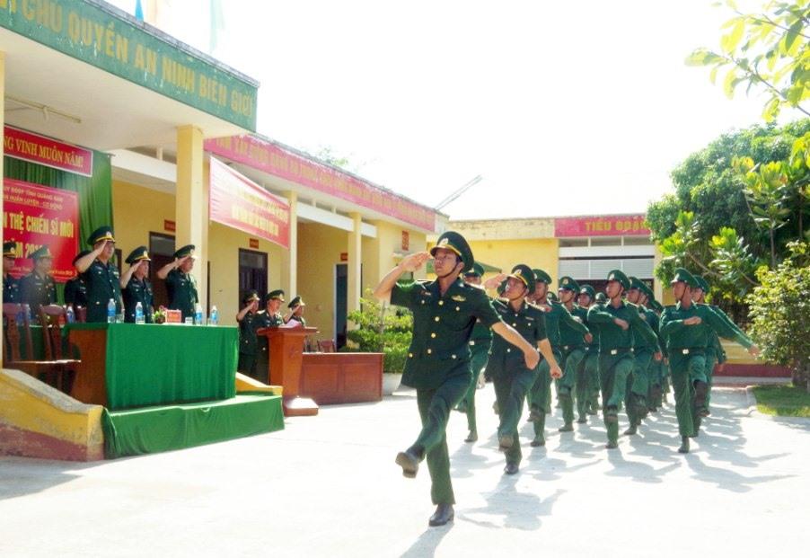 Duyệt đội ngũ tại buổi lễ tuyên thệ. Ảnh: HỒNG ANH