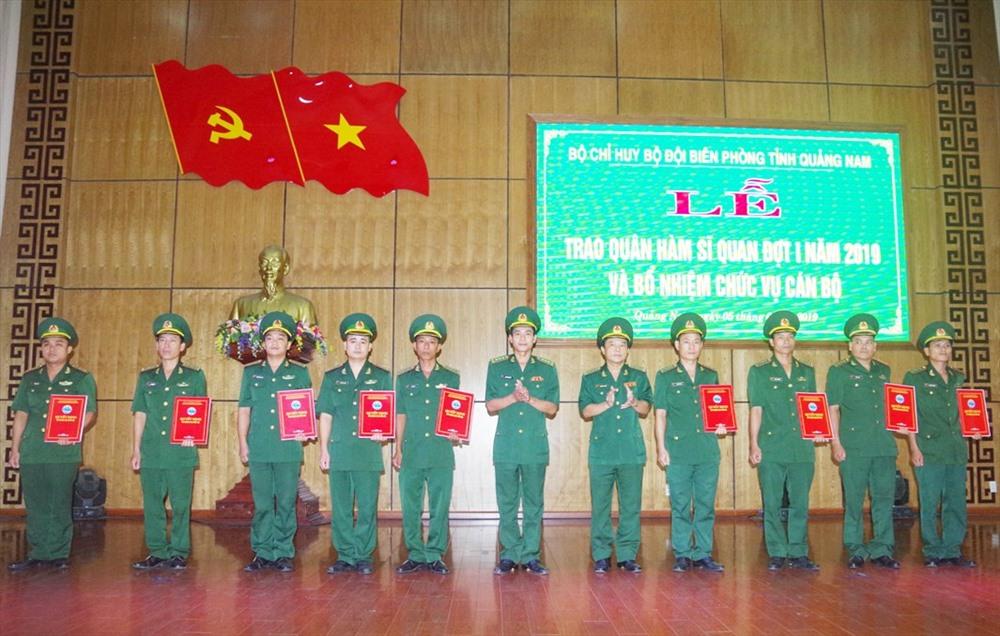 Lãnh đạo BĐBP tỉnh trao quân hàm cho các sĩ quan. Ảnh: HỒNG ANH