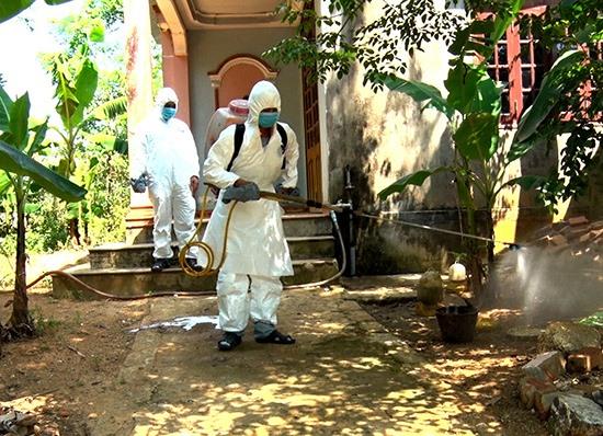 Lực lượng chức năng huyện Phú Ninh phun thuốc khử trùng, tiêu độc tại các ổ dịch tả lợn châu Phi được phát hiện. Ảnh: A.Đ