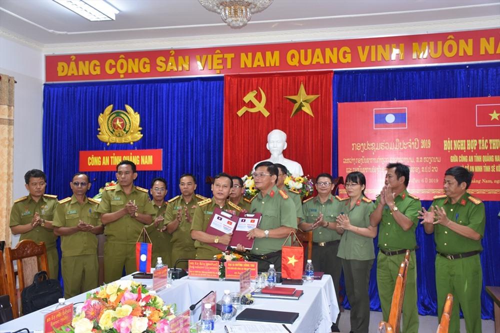 Lãnh đạo Công an hai tỉnh Quảng Nam - Sê Kông trao đổi biên bản ghi nhớ. Ảnh: H.V