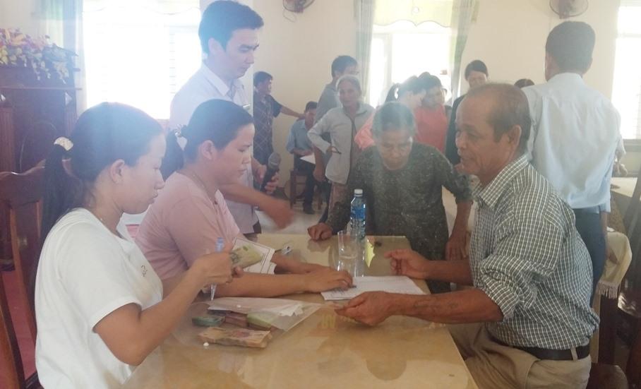 Người dân thôn Phước Châu nhận lại tiền do lực lượng tiêu hủy thu sai quy định trước đó. Ảnh: BIÊN THỰC