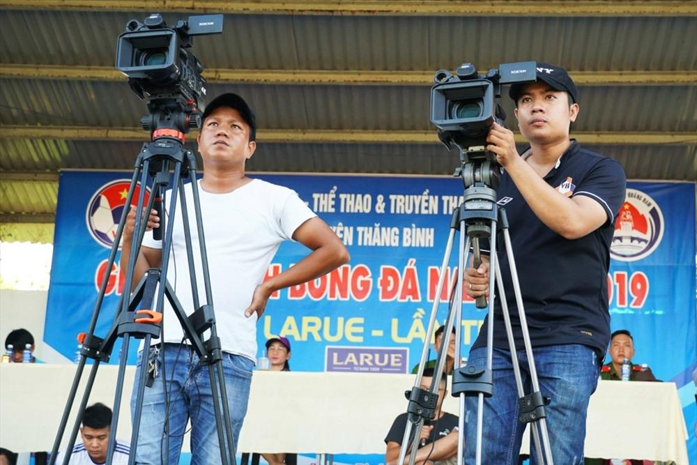 Đơn vị truyền thông 365Live tác nghiệp tại sân bóng huyện Thăng Bình. Ảnh: THÁI CƯỜNG