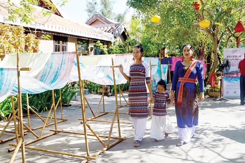 Festival Văn hóa tơ lụa hướng đến mục đích đưa tơ lụa Việt Nam vươn tầm ra thế giới. Ảnh: VĨNH LỘC