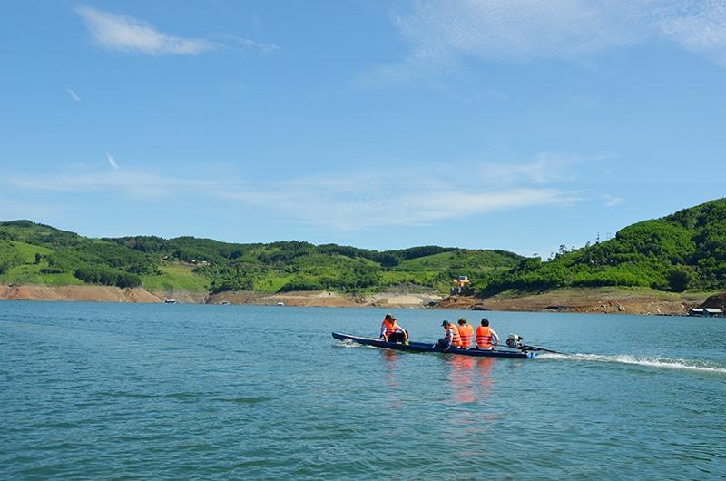 Các doanh nghiệp đang bắt đầu chú ý đầu tư du lịch lòng hồ thủy điện. Ảnh: T.HỮU