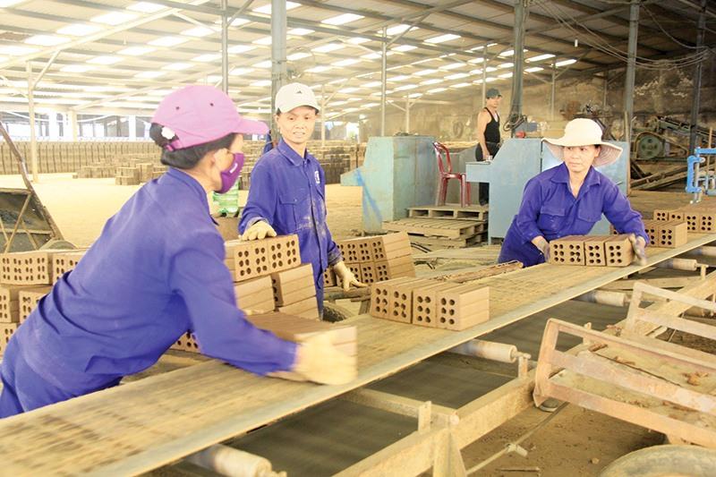 Cần đơn giản hóa những thủ tục để các Hợp tác xã và Tổ hợp tác tiếp cận dễ dàng với nguồn vốn vay ưu đãi nhằm có điều kiện đầu tư mở rộng quy mô sản xuất - kinh doanh. Ảnh: VĂN SỰ
