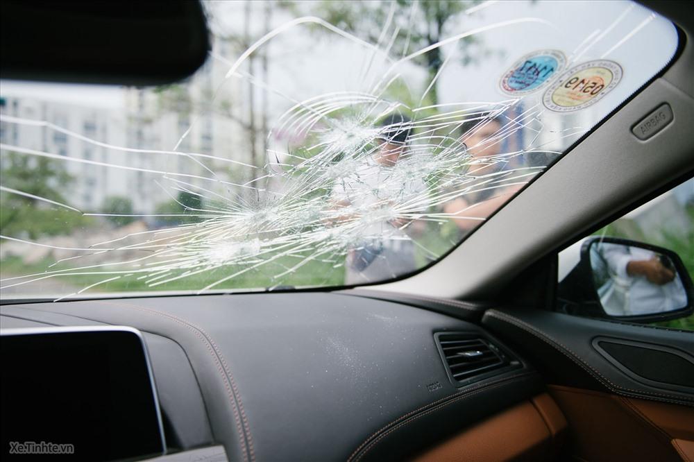 Kính chắn gió phía trước của xe có khả năng chịu lực cao, khó đập phá hơn kính 2 bên