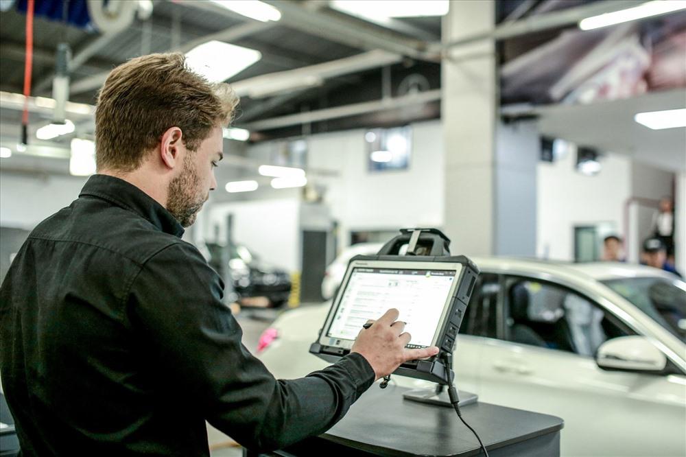 Chuyên gia Mercedes-Benz chẩn đoán lỗi trên xe.