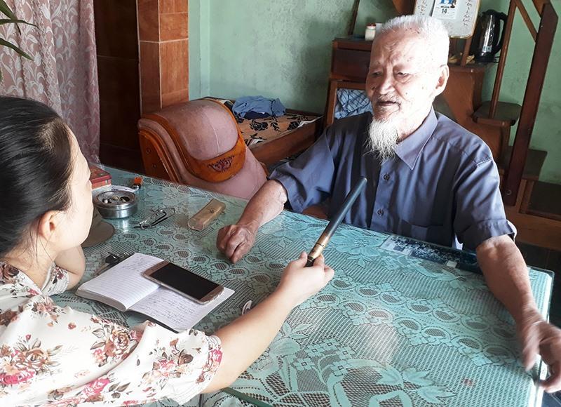 Mặc dù đã gần 100 tuổi nhưng ông Tuyền vẫn còn minh mẫn để kể lại những câu chuyện từ thời cướp chính quyền năm 1945. Ảnh: T.Q