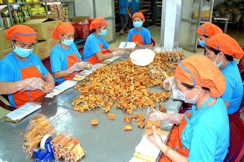 Nhân viên của Công ty TNHH MTV Ngô Thị Bích Thuận sản xuất bánh trung thu. Ảnh: QUANG VIỆT