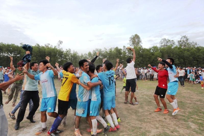 Niềm vui của cầu thủ và khán giả đội bóng xã Tam Đàn sau khi giành chiến thắng trong loạt sút luân lưu. Ảnh: H.C