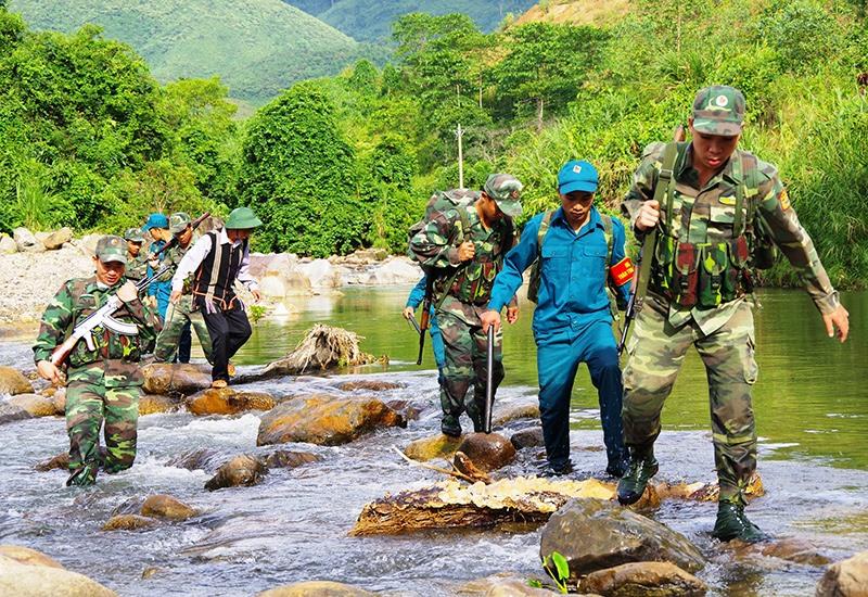 Đồng bào vùng cao phối hợp với BĐBP tham gia tuần tra đường biên cột mốc, đảm bảo an toàn khu vực biên giới. Ảnh: Đ.N