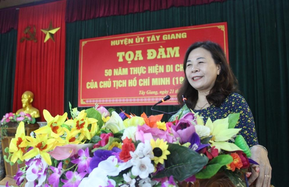 Tiến sĩ Nguyễn Thị Hoài Phương (Học viện Chính trị khu vực III) trình bày chuyên đề 50 năm thực hiện Di chúc Bác Hồ. Ảnh: ĐÌNH HIỆP