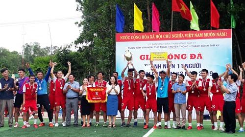 Trao cúp vô địch cho đội bóng phường Hòa Hương. Ảnh: T.V