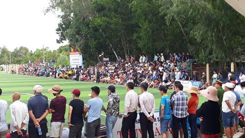 Khá đông khán giả dự xem và cổ vũ trận chuyng kết. Ảnh: T.V