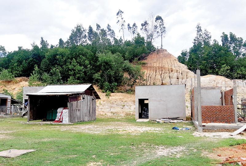 Người dân ở khu tái định cư Gò Hiu (xã Đại Lãnh, Đại Lộc) gặp khó khăn về nguồn nước sinh hoạt. Ảnh: HOÀNG LIÊN