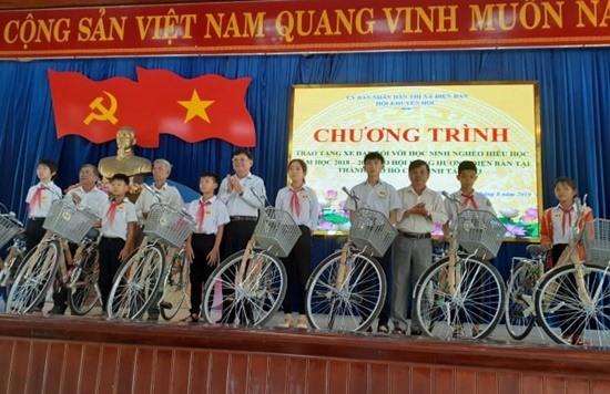 Hội đồng hương Điện Bàn tại TP.Hồ Chí Minh trao tặng xe đạp cho học sinh nghèo Điện Bàn. Ảnh: KHÁNH LINH