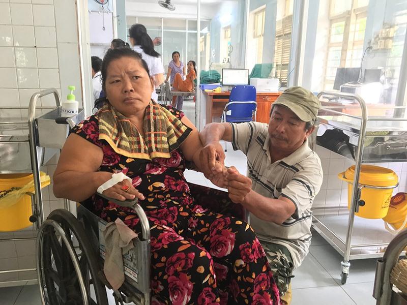 Ông Sen chăm sóc vợ hơn 7 năm qua tại bệnh viện. Ảnh: N.T