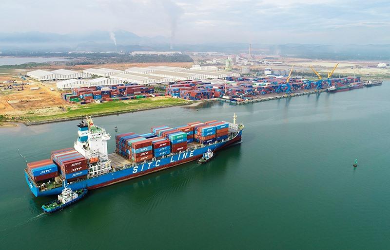 Cảng Chu Lai đón được tàu trọng tải lớn, sẽ chính thức trở thành cảng biển quốc tế trong nay mai. Ảnh: T.D