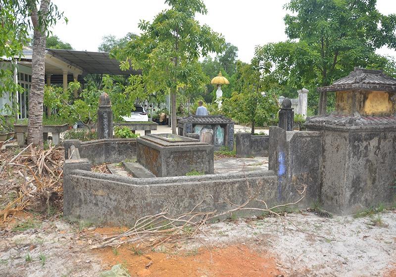 Phần mộ của tộc Huỳnh trong khuôn viên đất của bà Nguyệt đang quản lý, sử dụng. Ảnh: HOÀNG TRẦN
