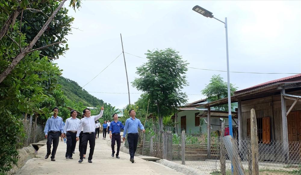 Công trình thắp sáng đường quê bằng năng lượng mặt trời tại huyện Phước Sơn. Ảnh: M.L
