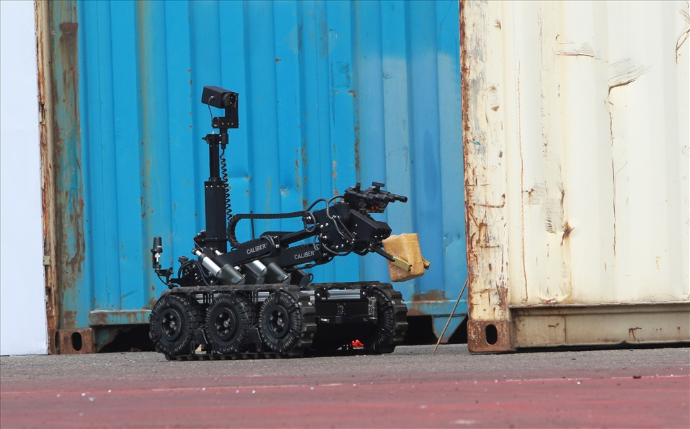 Xe robot gắp bom mìn được đưa vào hiện trường để xử lý khối bom vừa được phát hiện. Ảnh: T.C