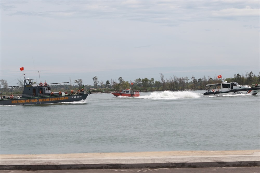Cảnh sát biển, bộ đội biên phòng tham gia truy đuổi, tiêu diệt khủng bố ở khu vực cảng. Ảnh: T.C