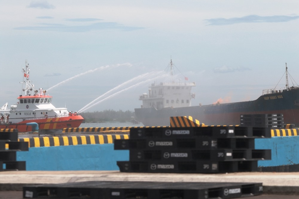 Tàu chữa cháy trên biển được huy động để xử lý tình huống cháy tàu hàng do bọn khủng bố tấn công. Ảnh: T.C