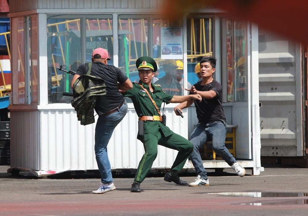 Tình huống giả định đặt ra là các đối tượng khủng bố xâm nhập, tấn công bắt cóc con tin tại cảng biển Chu Lai - Trường Hải. Ảnh: T.C