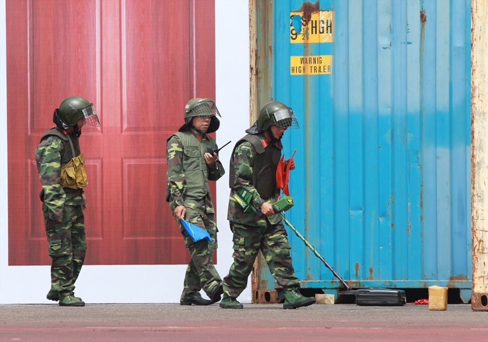 Lực lượng rà phá bom mìn được điều động để truy tìm các thiết bị gây nổ. Ảnh: T.C