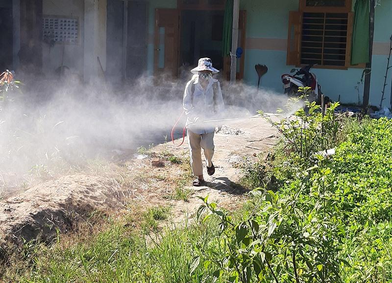 Phun hóa chất tiêu độc khử trùng là biện pháp quan trọng trong phòng chống dịch. Ảnh: S.C