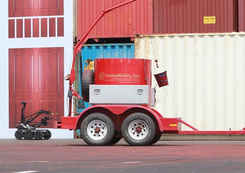 Rô bốt gắp mìn chuyên dụng và thùng phá hủy vật liệu nổ có khả năng tiêu hủy đến 30kg chất nổ TNT được mang đến trình điễn tại cuộc diễn tập. Ảnh: T.C