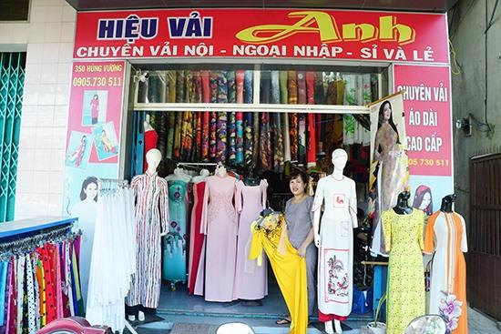 Hiệu vải và tiệm may Anh luôn có khách đến tham quan và đặt may những chiếc áo dài ưng ý.